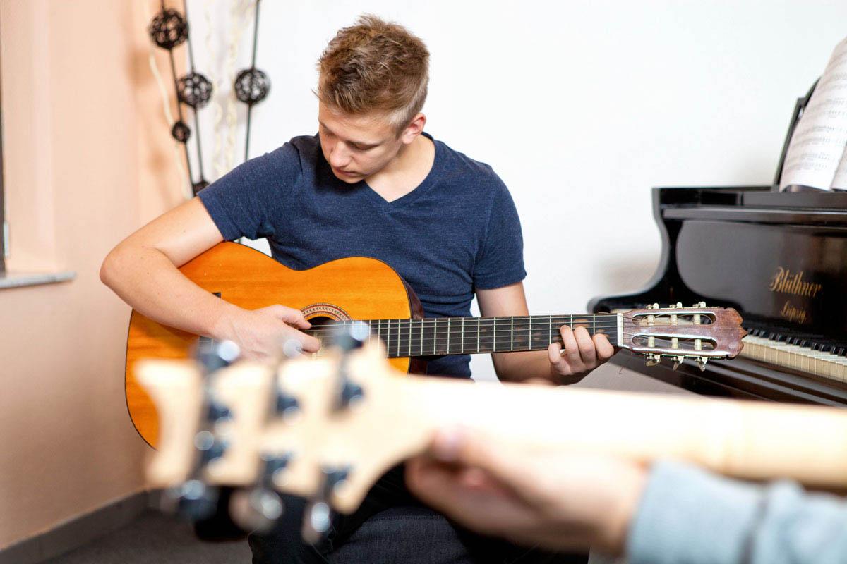 Klassischer Gitarren- und E-Gitarren-Unterricht in der Musikschule David Kim